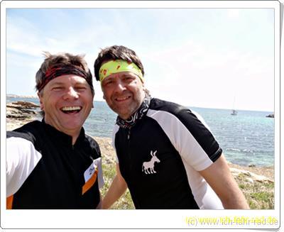Männer mit Stirnbändern, die nicht auf´s Meer starren