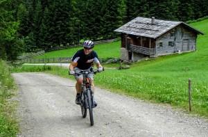 Gsiestal mit dem Mountainbike an der Messernhütte vorbei